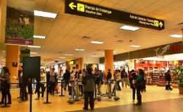 Aeropuerto: cámaras captan a pareja de ladrones asechando a pasajeros