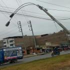 Callao: poste de alumbrado eléctrico está a punto de desplomarse