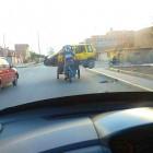 Chiclayo: recicladores transportan auto en triciclo