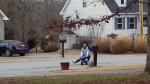 YouTube: sujeto monta una pequeña moto de juguete y desata risas hilarantes - Noticias de matthew winterburn