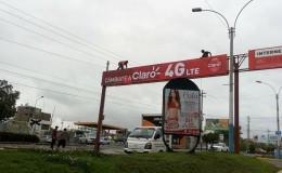 Arequipa: trabajadores arreglan panel publicitario sin seguridad