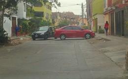 SMP: auto invade casi toda la pista al estacionarse