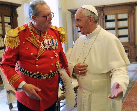 Líder de la Orden de Malta dimite tras polémica con el papa