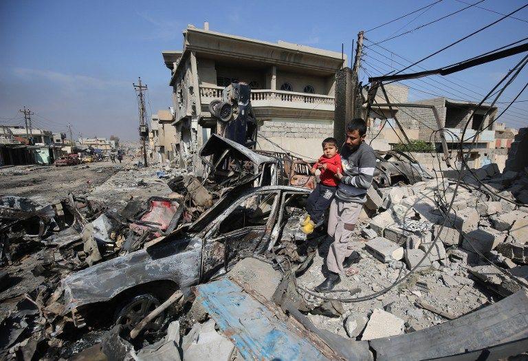 Un hombre camina por los escombros de la ciudad de Shuhada. (Vía: AFP)