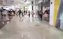Piura: agua de lluvia levanta el piso de la galería de un centro comercial