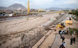 Río Rímac se desbordó inundando el parque La Muralla y la vía del tren