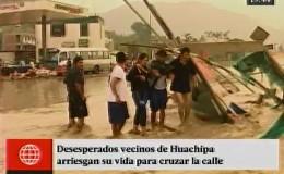 Huachipa: vecinos arriesgaron sus vidas al cruzar vías inundadas