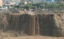 SJL: cascada formada por huaico carcome base del Malecón Checa