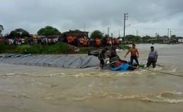 Sullana: tráiler se volcó tras fuerte corriente de quebrada Cieneguillo