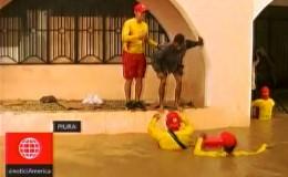 Piura: salvavidas rescatan a pobladores de viviendas inundadas