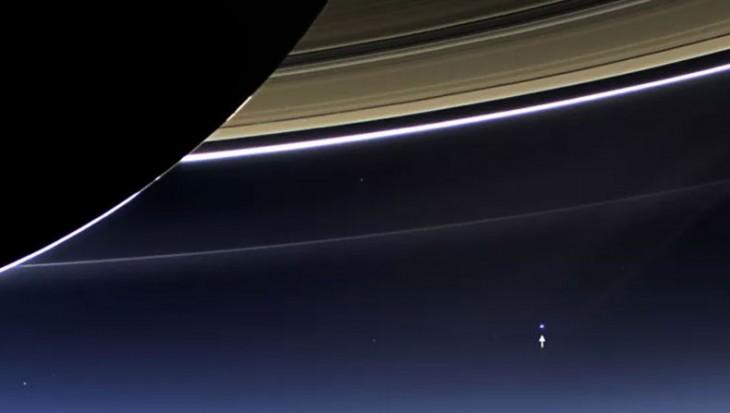 Captan foto de la Tierra asomándose entre los anillos de Saturno