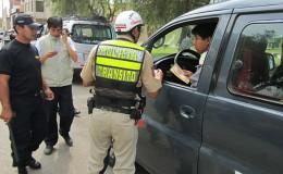 ¿Qué debes hacer cuando un policía detiene tu vehículo?