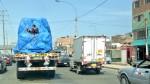 Trabajador pone en peligro su vida al viajar sobre la carga de un tráiler - Noticias de alerta noticias