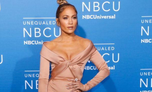 Jennifer López estremece las redes con vestuario de cuero rojo y látex