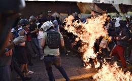 Venezuela: prendieron fuego a joven durante protesta en Caracas