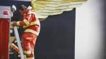 El 'bombero con alas': la foto que se viralizó tras el incendio en Las Malvinas - Noticias de segundo