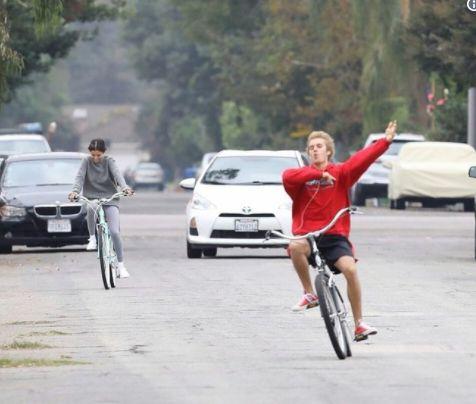 Selena Gómez y Justin Bieber en bicicleta