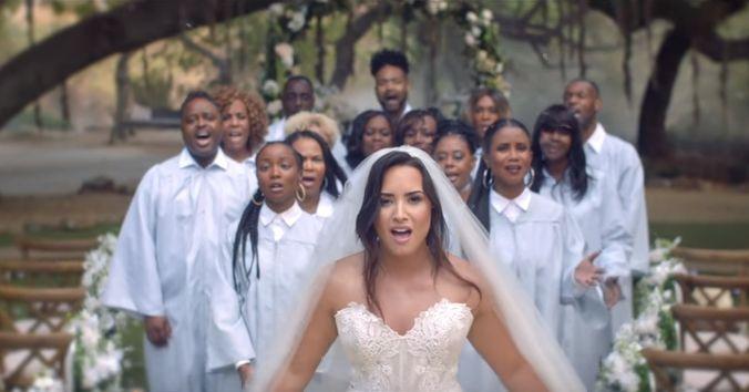 Demi Lovato en el altar